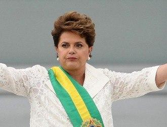 BRA160. BRASILIA (BRASIL), 01/01/2011.- La presidenta de Brasil, Dilma Rousseff, pronuncia su primer discurso como jefa de Estado hoy, sбbado 1 de enero de 2011, tras recibir la banda presidencial de manos de su antecesor, Luiz Inбcio Lula da Silva, en el Palacio de Planalto, en Brasilia (Brasil). EFE/MARCELO SAYAO