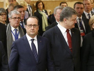 Russia's President Vladimir Putin (L, front), Ukraine's President Petro Poroshenko (2nd R, front), Germany's Chancellor Angela Merkel (R, front) and France's President Francois Hollande (2nd L, front) walk during peace talks in Minsk, February 11, 2015. The four leaders meeting on Wednesday for peace talks in Belarus on the Ukraine crisis are planning to sign a joint declaration supporting Ukraine's territorial integrity and sovereignty, a Ukrainian delegation source said. REUTERS/Vasily Fedosenko (BELARUS  - Tags: POLITICS CIVIL UNREST CONFLICT)